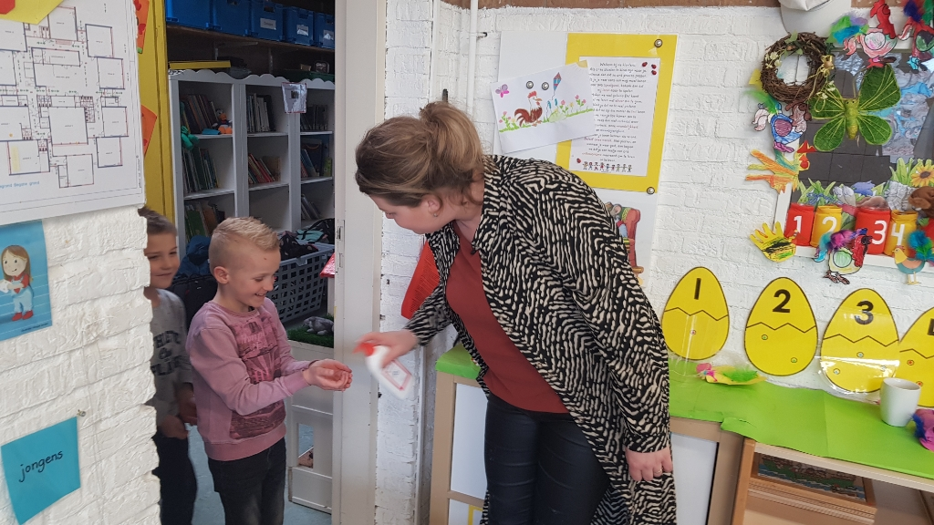 Bij binnenkomst worden alle handen van de kinderen gewassen. Marieke Michielsen © BDU media