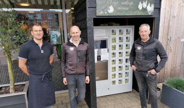 <p>Vanaf links: Tim de Gier, Henri en Evert van Ramshorst werken samen met als resultaat: de eierautomaat aan Wheemplein 87. De eierautomaat is zeven dagen per week en 24 uur per dag bereikbaar.</p>