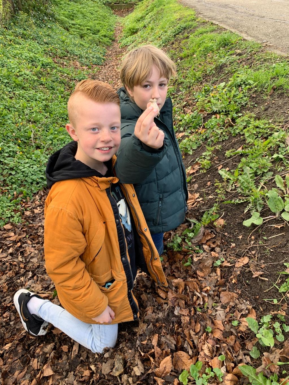 Tycho en Finn vinden een pijpenkop Jan Heijman © BDU media