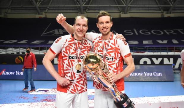 <p>Maarten van Garderen (rechts) houdt de kampioensbeker stevig vast. Links zijn teamgenoot Wouter ter Maat.</p>