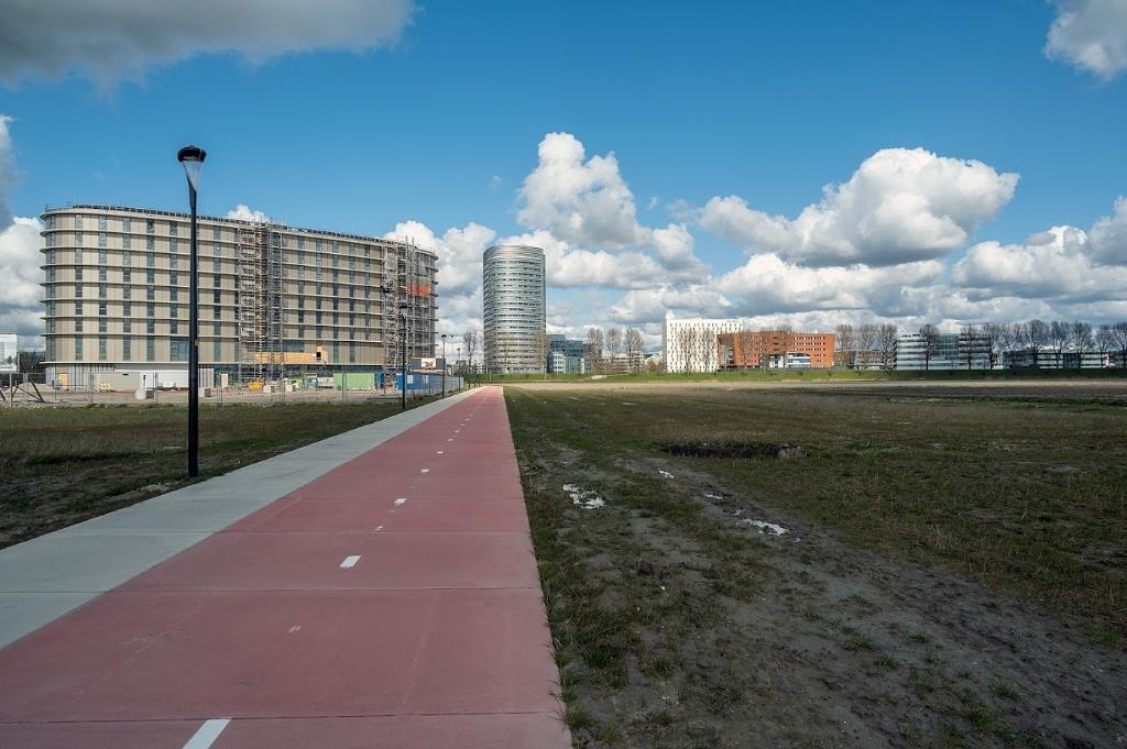 <p>Er zijn goede fiets-en wandelverbindingen met het stadscentrum van Hoofddorp.&nbsp;&nbsp;</p> KEES VAN DER VEER © BDU media