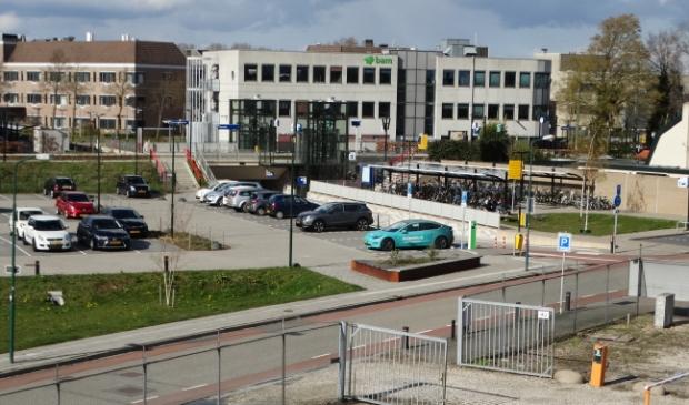 <p>Het stationsgebied in Bunnik met op de achtergrond de BAM</p>