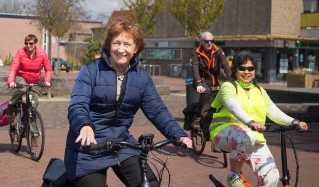 <p>Wethouder Rineke Korrel op de fiets voor het programma Doortrappen.</p>