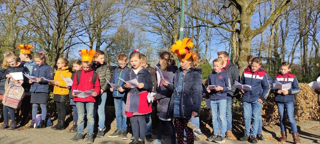 Leerlingen van de Gisbertus Voetiusschool in Doorn zongen 's ochtends eerst liederen en deden daarna fanatiek mee met allerlei spellen. Gisbertus Voetiusschool © BDU