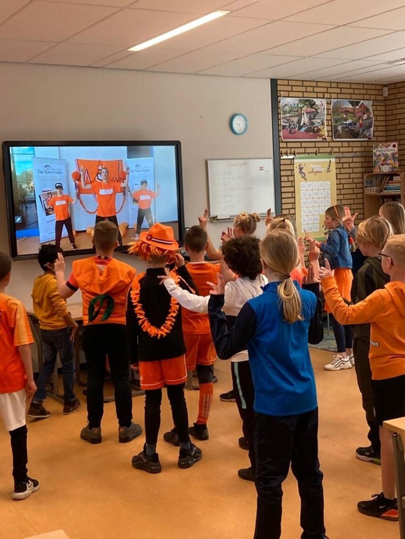 De schoolklassen kijken mee via het digibord Stichting Wijksport © BDU media