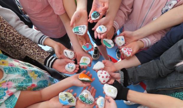 <p>De leerlingen van groep 5 B maakten deze mooie keien</p>