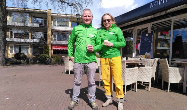 Ties de Ruijter (l) fractievoorzitter van GroenLinks samen met Rosalie bij een nu nog leeg terras