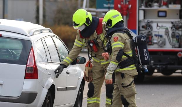 De brandweer controleert de auto op de Dieselstraat. Ted Walker-WH © BDU Media