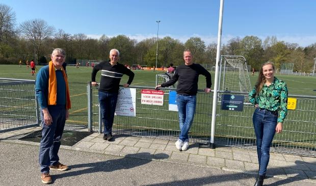 <p>Victor Frequin (VVD), Paul van Roermund (D66), Rick van Bruggen (voorzitter Sporting Martinus), Ilika Polderman (GL) bij de velden van Martinus </p>