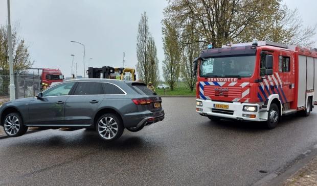 <p>Een personenauto moest worden weggehaald, zodat de brandweer haar werk kon doen</p>