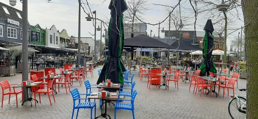 Het hele Museumplein staat vol met terrastafels en -stoelen. De horeca is er weer klaar voor, al is de openstelling nog beperkt. Frans de Kleuver © BDU Media