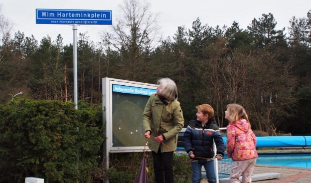 <p>Johanna Hartemink onthulde het bord waarmee het centrale pleintje in het Bosbad is vernoemd naar haar man Wim.</p>
