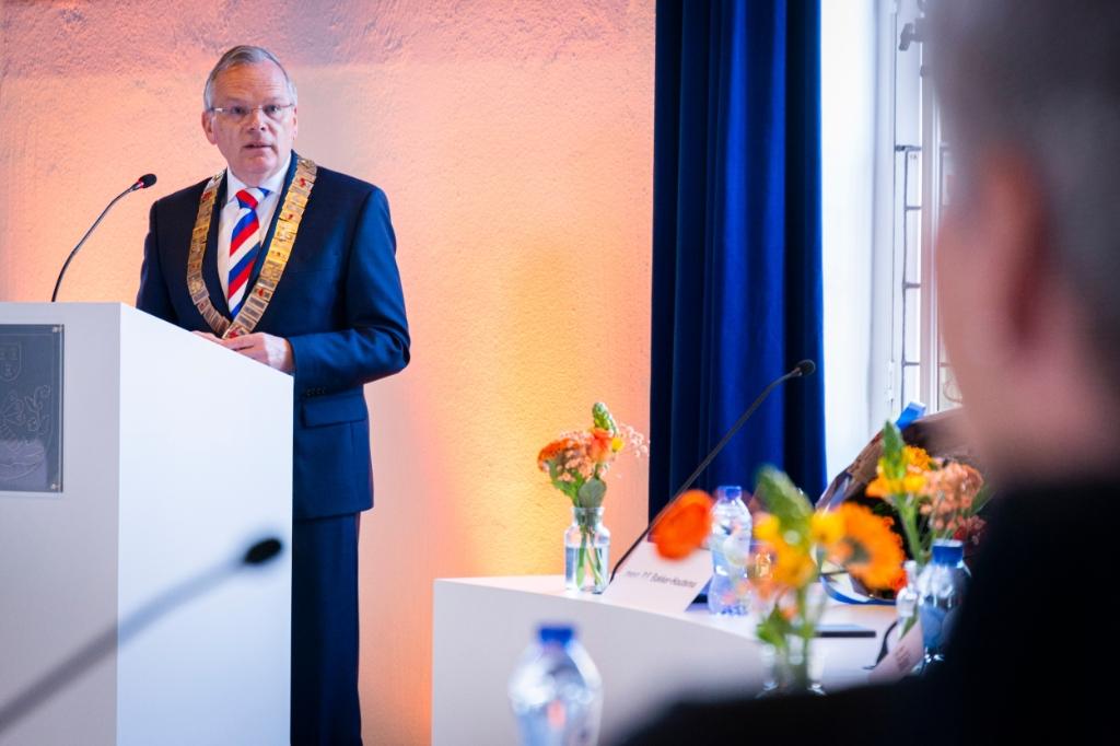 Burgemeester Jan Luteijn, spreekt een van de gedecoreerden toe. Pauw Media © BDU media