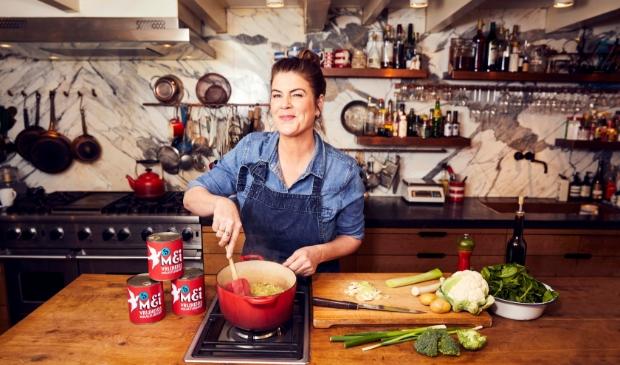 Yvette van Boven bereidt haar maaltijdsoep.