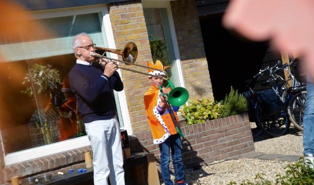 <p>Opa en kleinzoon maken muziek aan de Hoogstraat.&nbsp;</p>