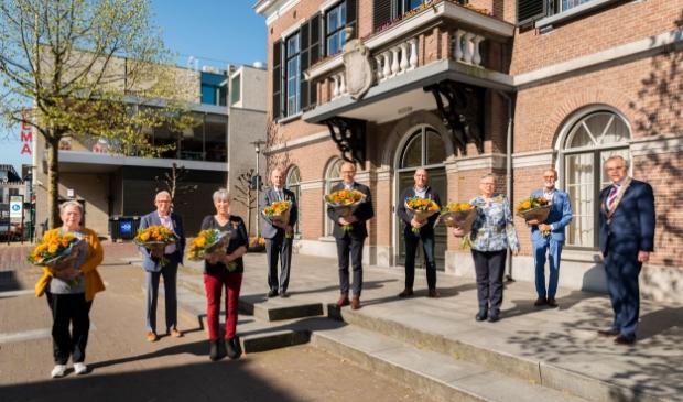 <p>Van links naar rechts: Aartie Pater, Eric van Ommen, Tineke van Bentum, Jim Bakker, Ton van den Boogaart, Gijs Druijff, Cokkie van der Meer, Gerard van de Glind en burgemeester Jan Luteijn.</p>