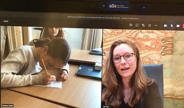 <p>Leerlingen van de Hannie Schaftschool in gesprek met gedeputeerde Zita Pels.</p>