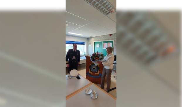 <p>Mia van Niekerk en Groepscommandant HJF Toebast, die het eerste exemplaar kreeg.</p>