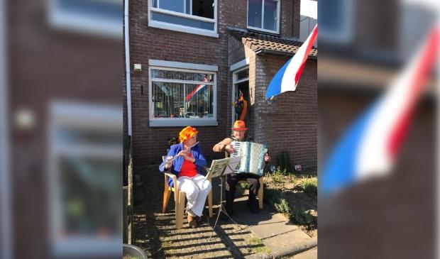 Wilma en Jos musiseren op koningsdag