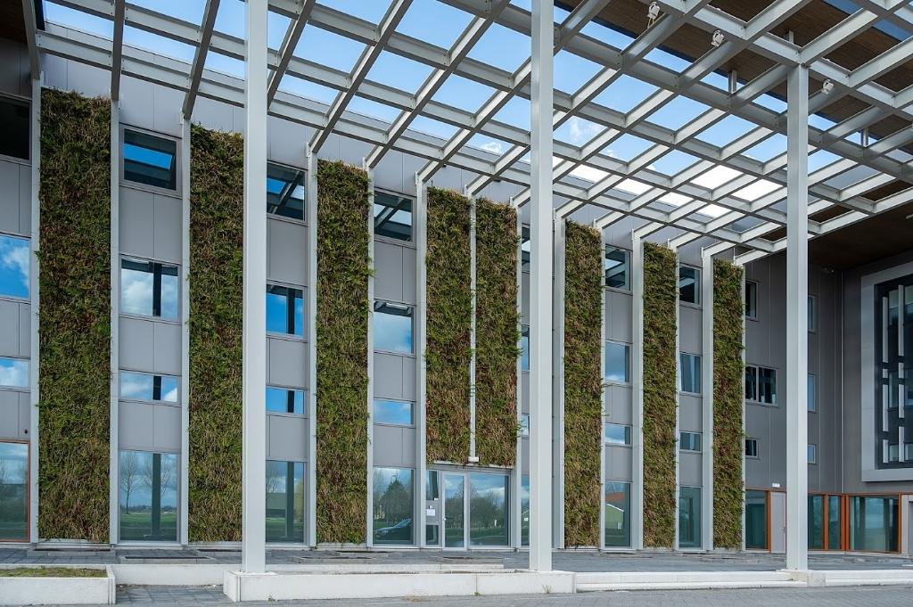 <p>Ecologie neemt een belangrijke plek in, op deze foto enkele verticale tuinen.&nbsp;</p> KEES VAN DER VEER © BDU media