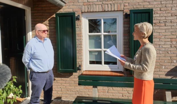 Henk Huisman wordt toegesproken door burgemeester Iris Meerts