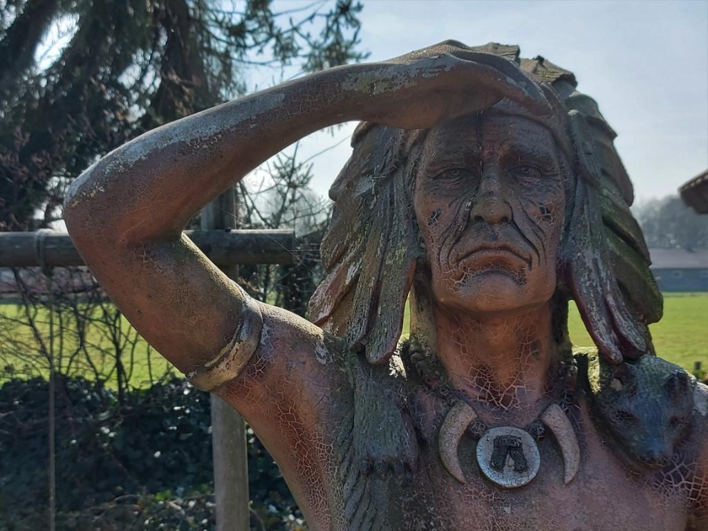 Oplossing fotoquiz 48: Ede, Heremeijesteeg: 'turende indiaan'; Little Rock Weather Station. Henny Jansen © BDU Media