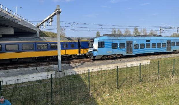 Twee treinen staan stil op het spoor bij het Accupad in Amersfoort