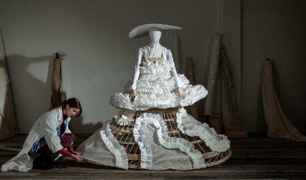<p>Marie Lamberechts werkt aan een van haar creaties.</p>