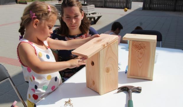 Kinderen maken vogelhuisjes voor de wijk Kernhem