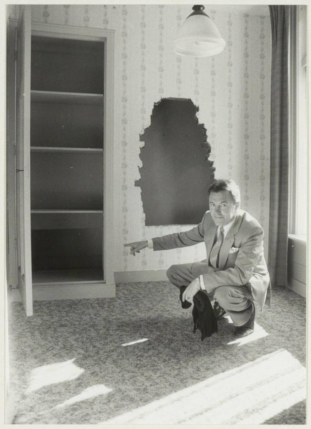 <p>De toegang tot de geheime kamer. Foto uit 1986. </p> Noord-Hollands Archief © BDU media