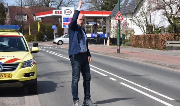 <p>Wethouder Harrie Dijkhuizen regelde het verkeer tijdens de afhandeling van een verkeersongeval op de Beukenlaan.</p>