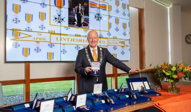 Burgemeester Ruud van Bennekom stond maandagochtend klaar om de lintjes uit te reiken.