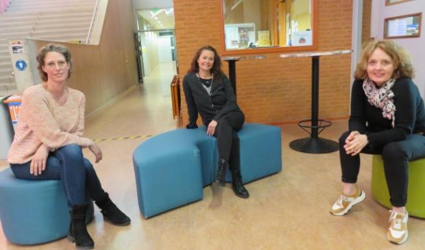 <p>Vanaf links: Misja Demandt, Marion Streefkerk en Jeannette Tieman zijn onder meer online ter ondersteuning aanwezig tijdens de ouderavond.</p>