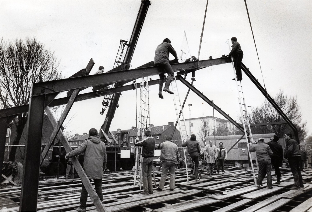 <p>1985 - bouw van Ons Eigen Honk</p> Collectie Suzanne van den Top © BDU Media