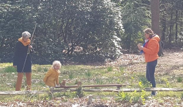 <p>Kindje op jacht in het bos naar de prinsen en prinsessen</p>