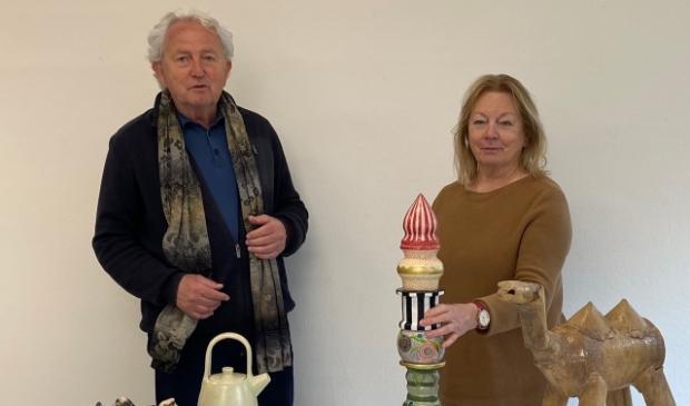 <p>Jan Hazelaar en Ali van den Berg geven de keramiek een mooie plek in de tentoonstelling.</p>