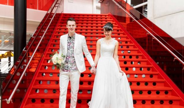 Margriet en Jonathan op de trap van hun oude school aan de Zandlaan
