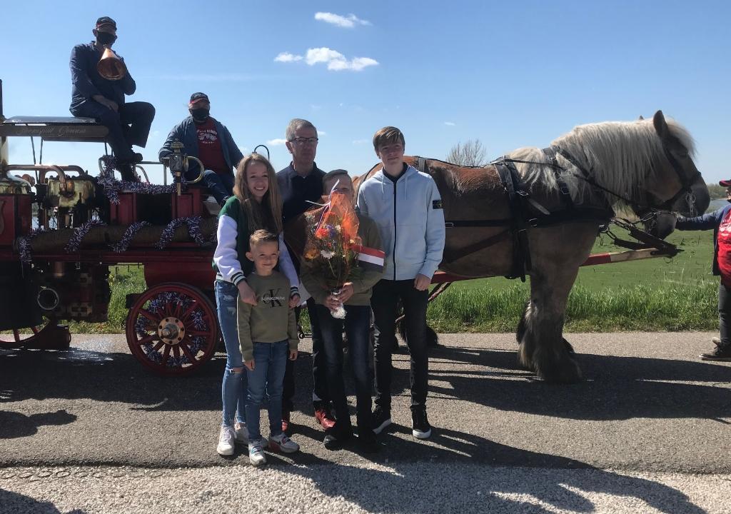 Wim van Duuren poseert met zijn kleinkinderen bij de stoomspuit van de brandweer Hannie Visser-Kieboom © BDU Media