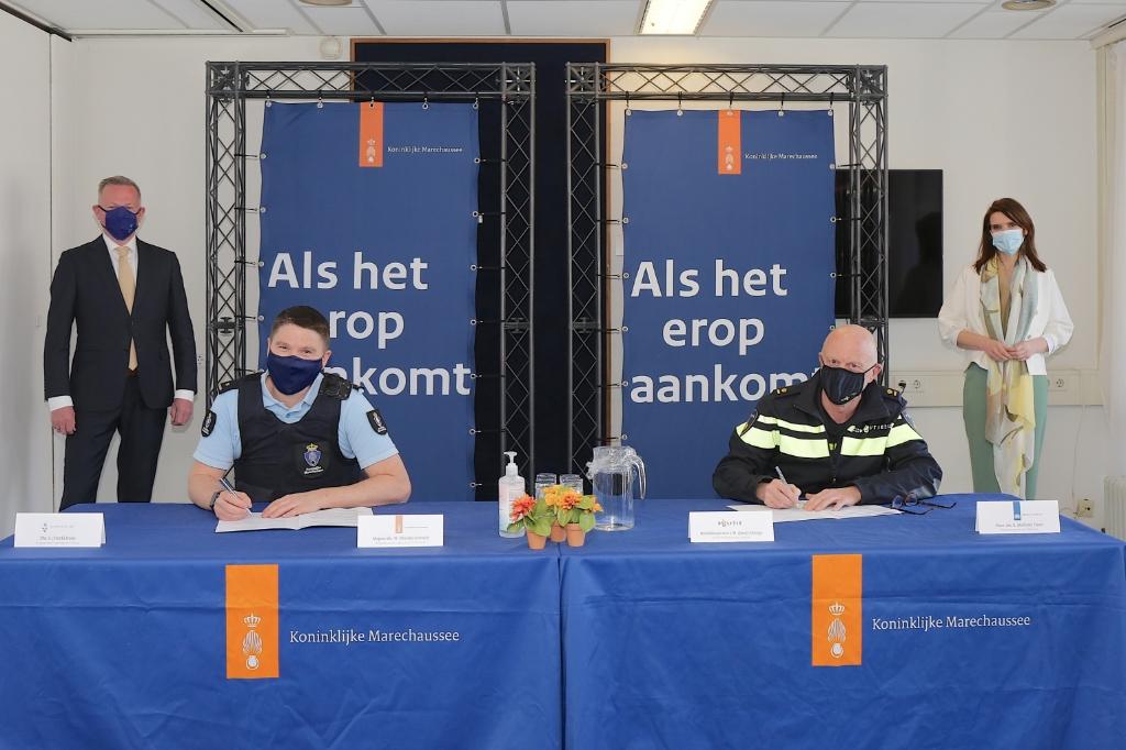 Commandant brigade Noord-Holland majoor Wesley Knetsch en hoofdinspecteur van Politie Joop Sinnige tekenden de intentieverklaring onder toeziend oog van staatssecretaris van Defensie Barbara Visser en burgemeester Frank Dales van Velsen. Reinder Weidijk © BDU Media