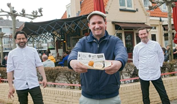 Frank van Es (l), Tim van Zeben (m) en Tom Huizinga zijn de bedenkers van de nieuwe IJmuider Kotterbal. Het balletje was bij de lancering al zó populair dat er geen vol bakje meer op de foto kon.