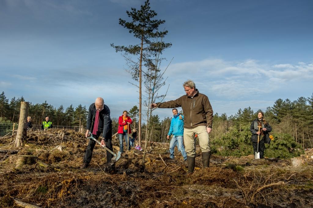 Om 9.42 ging de eerste boom de grond in, door Rients Ritskes, oprichter van Zen.nl en  Sander Haken, bestuurslid van Landgoed den Treek - Henschoten.  Evert Jan Kema © BDU media