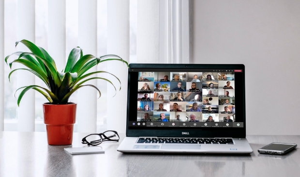 Laptop met online gemeenteraadsvergadering
