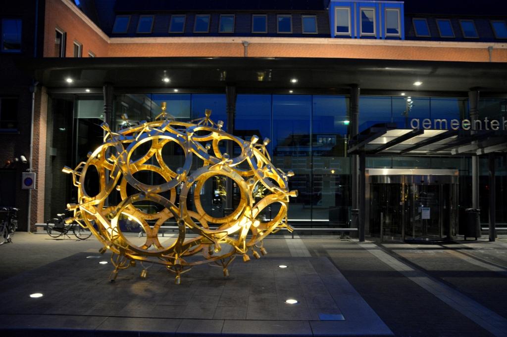 Het Ei voor het gemeentehuis in Barneveld is sinds lange tijd weer sfeervol verlicht in de donkere uren. Gerwin van Luttikhuizen © BDU media