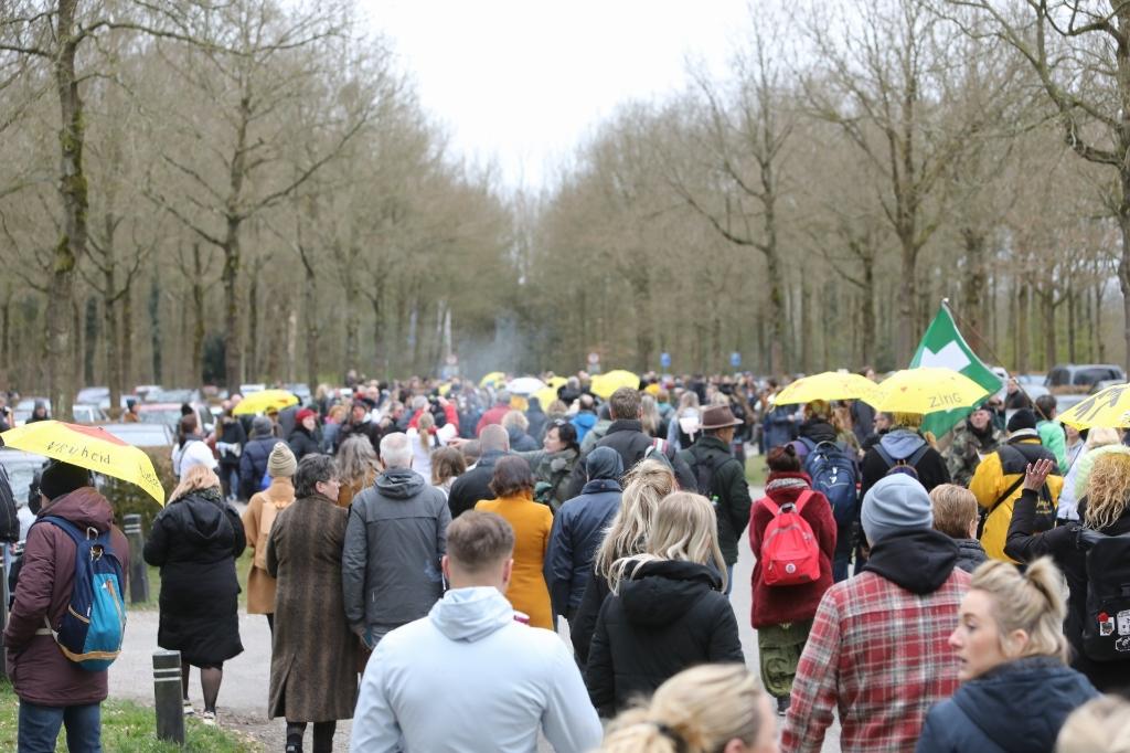 Duizend demonstranten verzamelen zich in Baarn <p>Caspar Huurderman</p> © BDU media