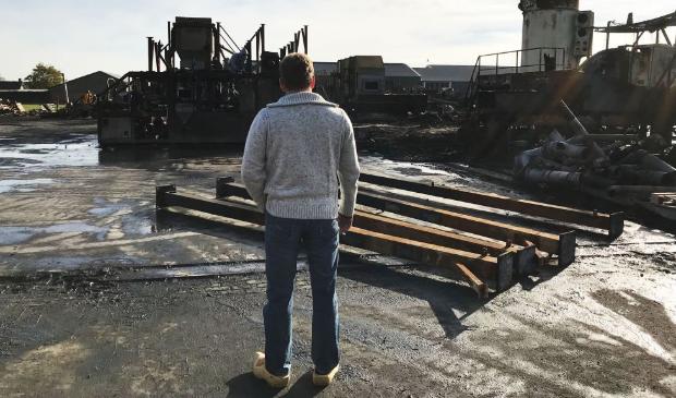 Gert S. op de rug gezien, bij   het afgebrande bedrijf in Werkhoven