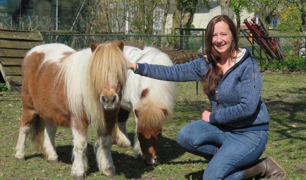 <p>Monique Maas zet zich wekelijks in op Kinderboerderij De Oude Hofstede om de pony's en de andere dieren te verzorgen.</p>
