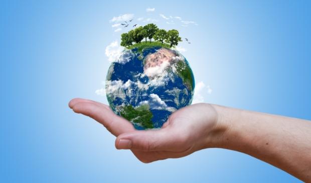 Hand houdt wereldbol vast