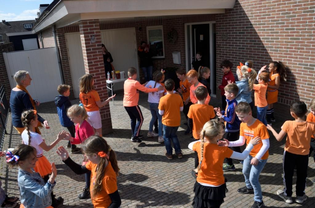 Groep 4B van basisschool De Schuilplaats gaat met veel herrie op bezoek bij klasgenote Yvet die al lange tijd in quarantaine zit. Henk Hutten © BDU media