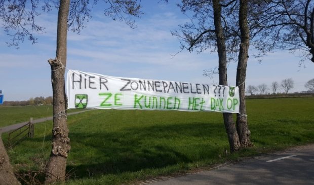 Volkstuinvereninging protesteert met spandoek tegen zonnepanelen in de polder