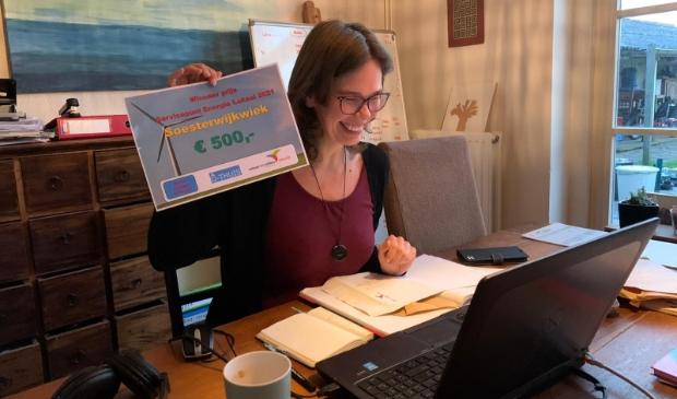 <p>Maiken Larsen van SoesterwijkWiek op het moment dat ze de prijs voor het beste energie-initiatief ontving.</p> SoesterwijkWiek © BDU media
